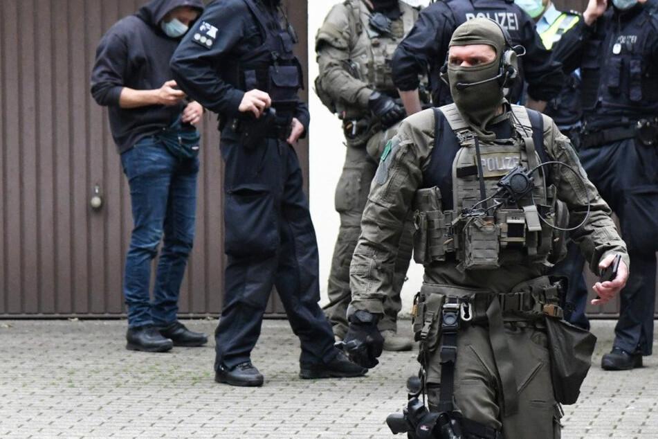 Auch in Deutschland rückten am Montag zahlreiche Polizisten zu Razzien in mehreren Bundesländern aus.