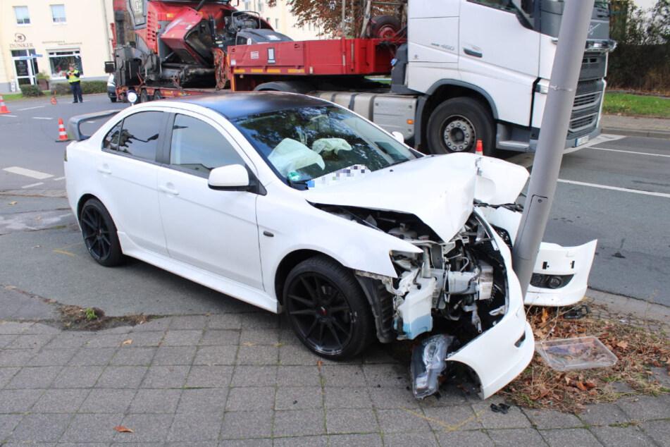 Bei dem Crash wurden zwei Personen verletzt, es entstand Totalschaden am Auto.