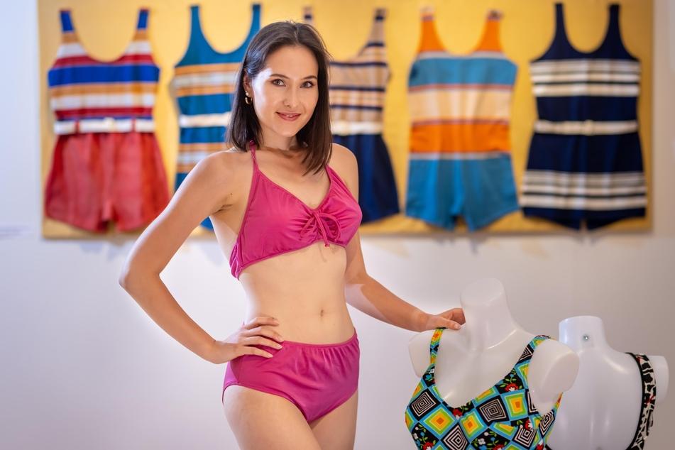 """Eine geplante Modenschau für die Ausstellung fiel aus, doch TAG24-Redakteurin Isabel Möller (24) durfte einen Bikini der Marke """"Sporett"""" aus den 80er-Jahren anprobieren."""