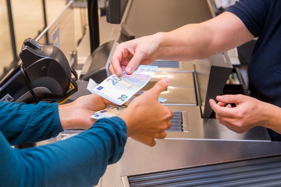 In der Coronakrise geht Bargeld immer seltener über die Ladentheke.