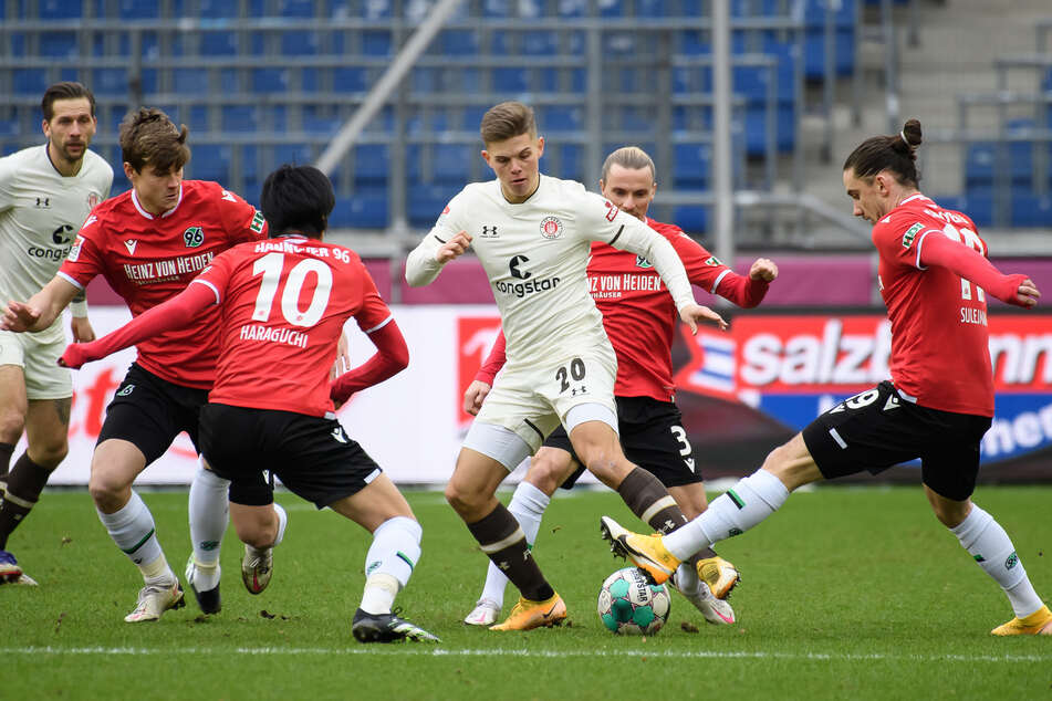 FC St. Pauli Finn Ole Becker (3.v.r.) behauptet die Kugel gegen mehrere Akteure von Hannover 96. Im Heimspiel begann der Siegeszug der Kiezkicker.