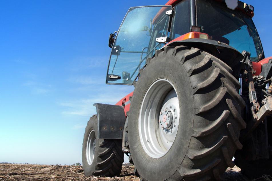 Der Mann wurde bei dem Unfall mit dem Traktor schwer verletzt. (Symbolbild)
