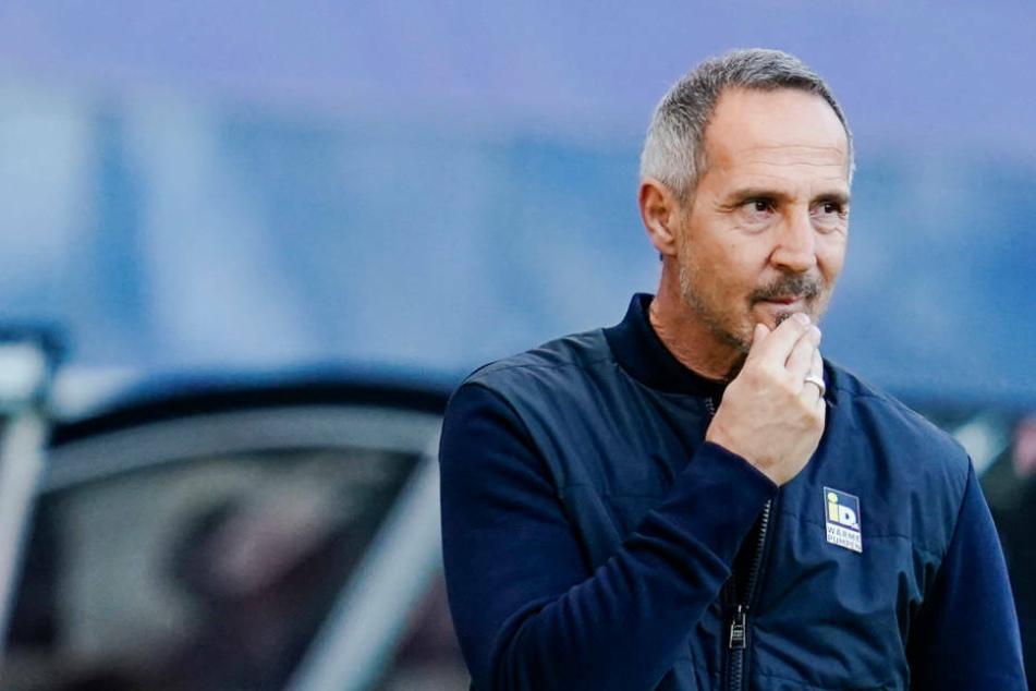 Eintracht-Coach Adi Hütter tut sich schwer, eine Prognose über die Rolle seiner Mannschaft in dieser Bundesliga-Saison abzugeben. (Archivbild)