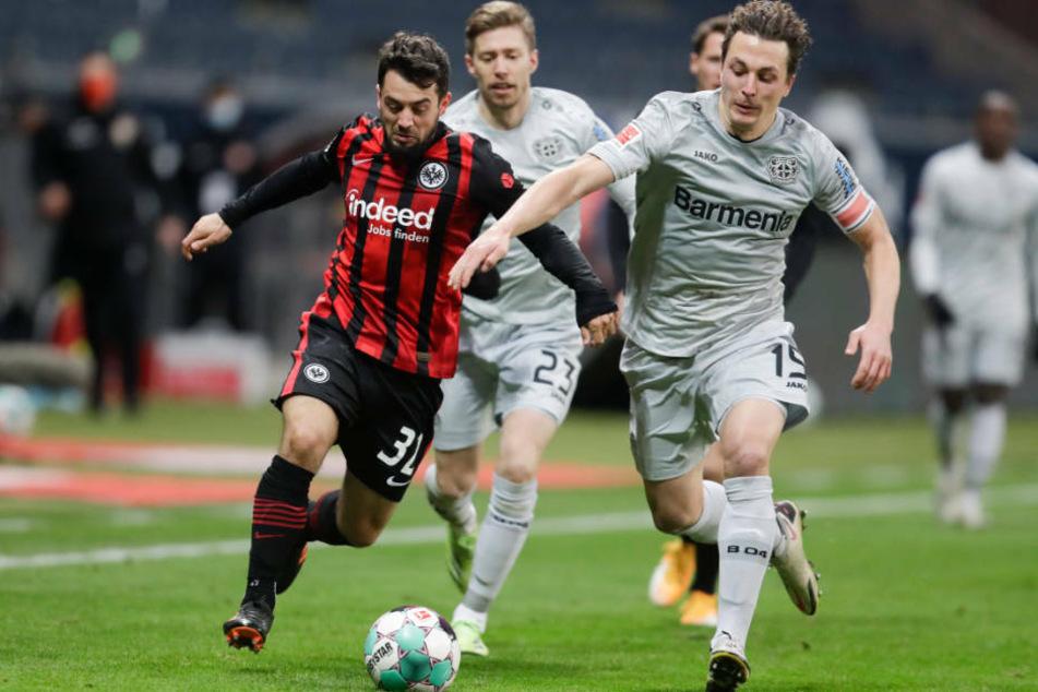 Torschütze Amin Younes von Eintracht Frankfurt (l.) im Zweikampf mit Bayer Leverkusens Julian Baumgartlinger (r.) beim 2:1-Heimsieg der Hessen.