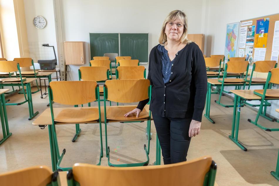 In einem leeren Klassenzimmer vermisst Schulleiterin Michaela Böttger (55) vom Karl-Schmidt-Rottluff-Gymnasium ihre Schüler.