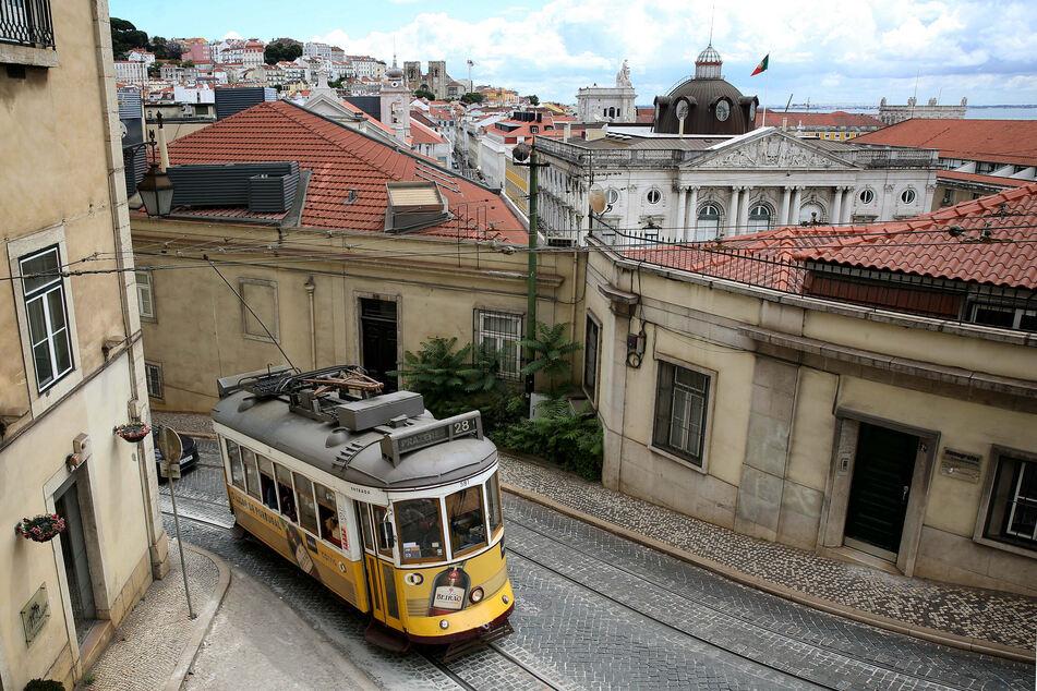Blick auf die Altstadt Lissabons. Die Inzidenz in Portugal stieg innerhalb eines Tages von 128,6 auf 137,5 an.