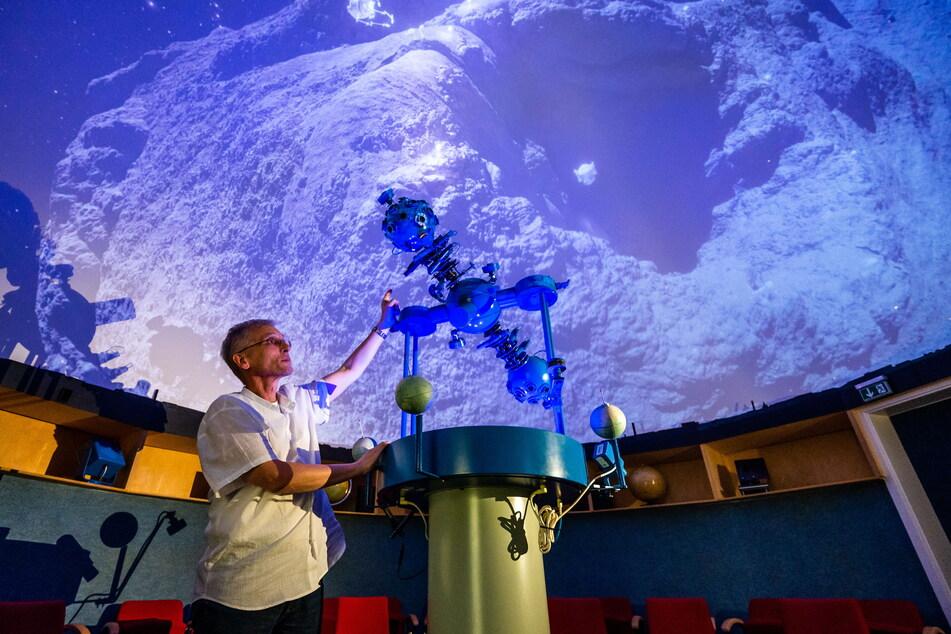 Seit bald einem Vierteljahrhundert führt Physiklehrer Thomas Weisbach (57) Schüler durch die Galaxien. Nur hat er dafür heutzutage kaum noch Zeit.