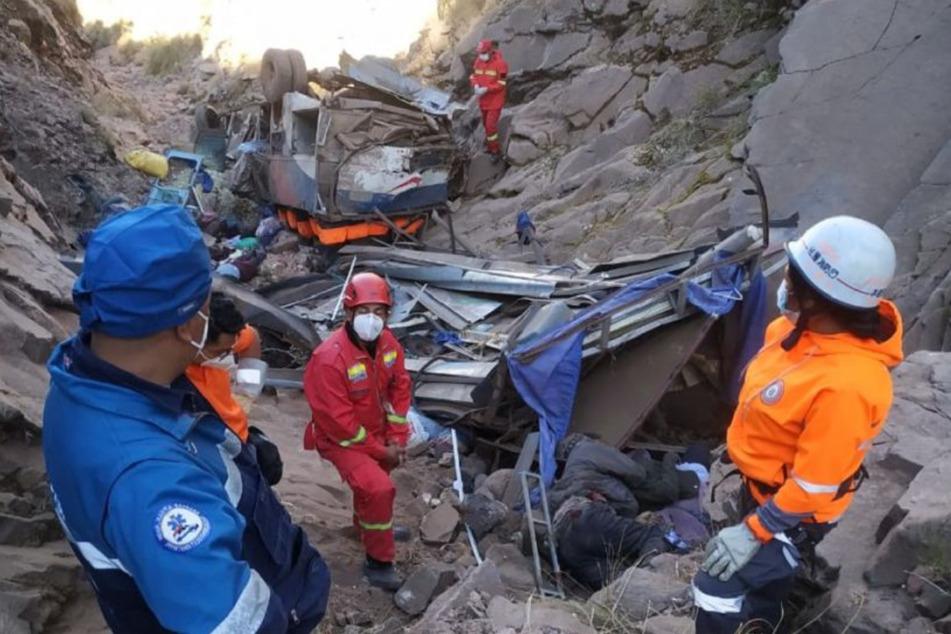 Polizei und Rettungskräfte an der Unglücksstelle in den Anden.