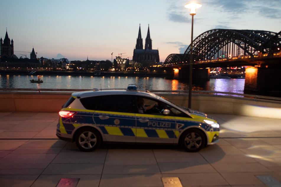 Das Rheinufer in Köln während der Ausgangssperre zwischen 21 Uhr und 5 Uhr.