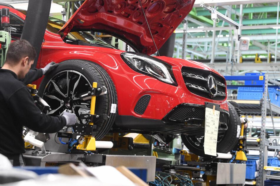 Beim Autobauer Daimler steht die meiste Produktion still. (Symbolbild)