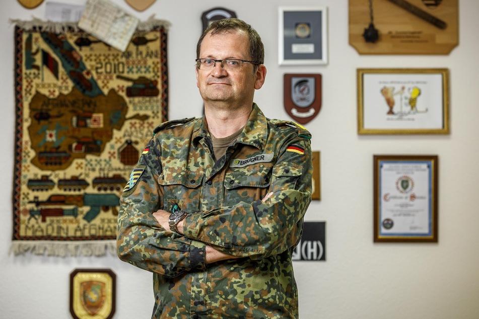 Brigadegeneral Gunnar Brügner (52) ist stolz auf seine Truppe. Sein Dienstzimmer hat er mit allerlei Andenken dekoriert, darunter ein Wandteppich aus Afghanistan.