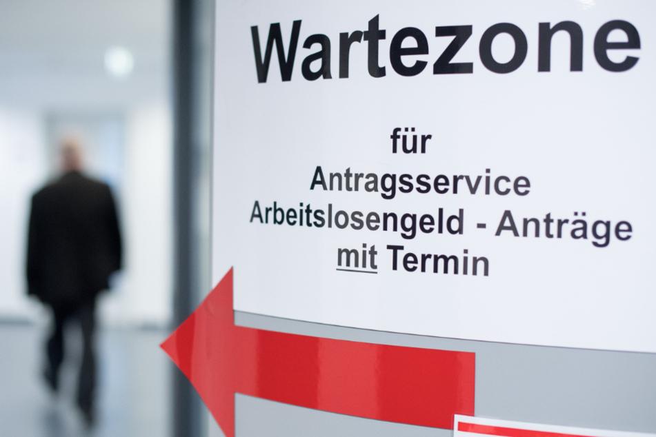 Ein Mann geht in den Wartebereich für den Antragsservice Arbeitslosengeld. (Symbolbild)