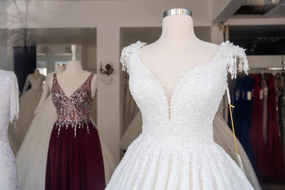 In einem Geschäft für Hochzeitskleider stehen Schaufensterpuppen mit Hochzeitskleidern. Weil große Feiern auf absehbare Zeit nicht möglich sein werden, schlägt die Hochzeits-Branche zum Start der zweiten Hochzeitssaison in der Corona-Pandemie erneut Alarm.