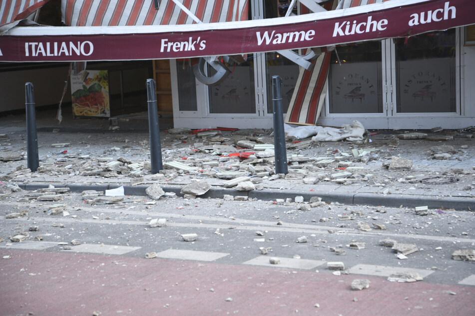 Teile einer Fassade lösten sich in der Mannheimer Innenstadt und stürzten zu Boden.