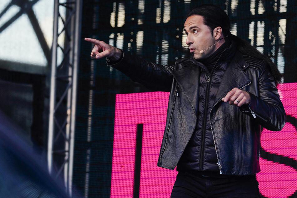 """""""Bewegend und verrückt"""": So lief Bülent Ceylans Auftritt im Autokino"""