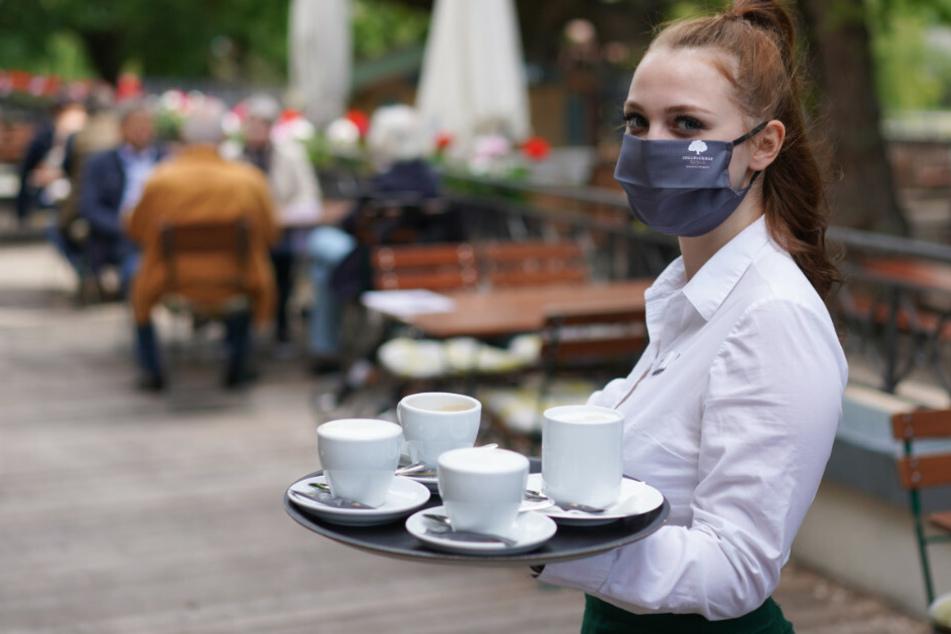 Eine Kellnerin serviert Kaffee.