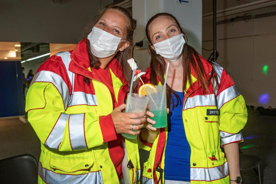 Zwei Rettungssanitäterinnen stoßen nach der Impfung bei einem Late-Night-Impf-Event in Solingen an.