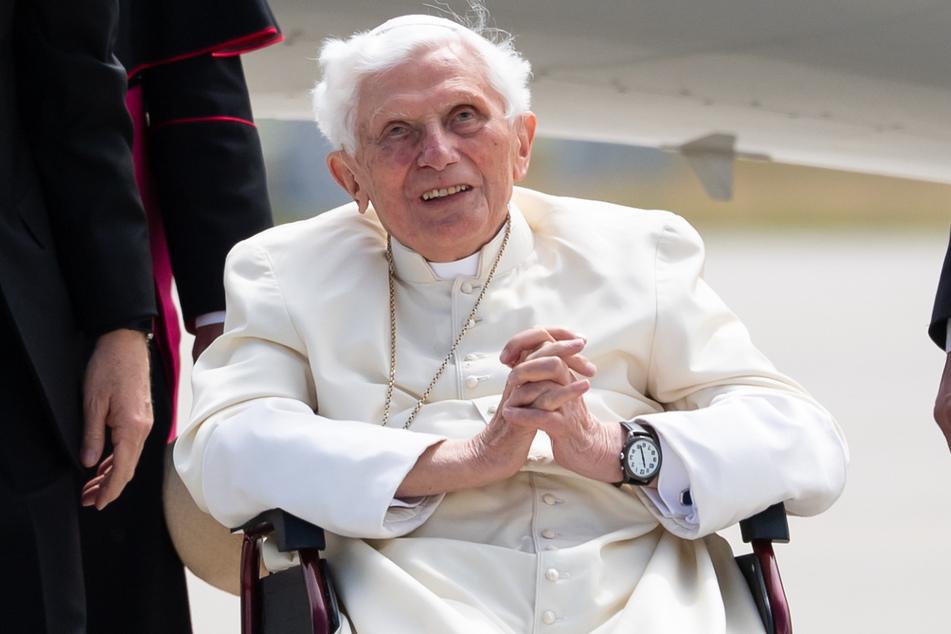 Der emeritierte Papst Benedikt XVI. (93) sitzt bei seiner letzten Deutschland-Reise Mitte Juni am Flughafen München in seinem Rollstuhl.