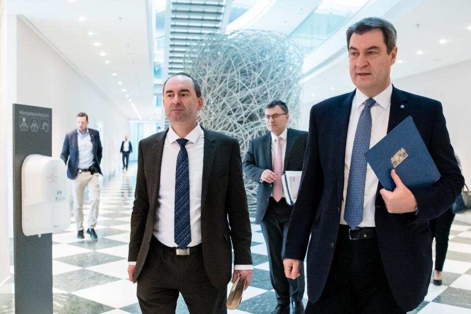 Hubert Aiwanger, Wirtschaftsminister und Landesvorsitzender der Freien Wähler in Bayern (l-r), Florian Herrmann (CSU), Leiter der bayerischen Staatskanzlei, und Markus Söder (CSU), Parteivorsitzender und Ministerpräsident von Bayern.