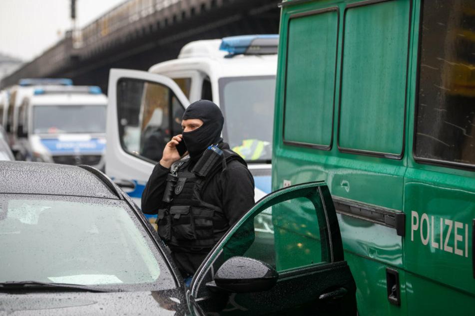 Die Anzahl der Polizeifahrzeuge verdeutlicht den Umfang der Razzia.