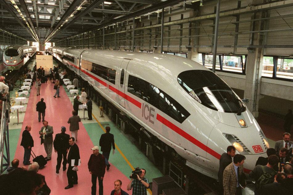 Am 23. Mai 2000 wurde der ICE3 in Berlin vorgestellt. Mit bis zu 330 km/h war das Vorgängermodell deutlich schneller als der ICE4. (Archivfoto)
