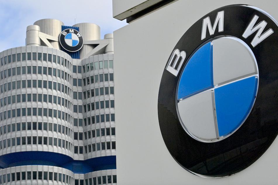 Die Produktion steht beim Autobauer BMW wegen Chipmangels still.