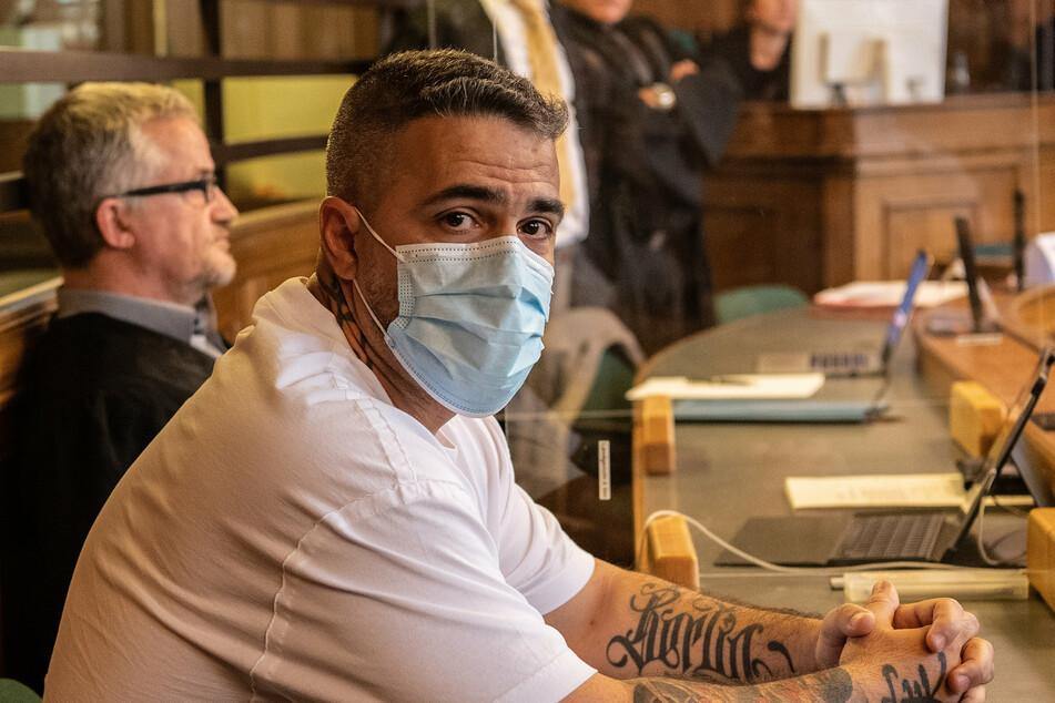 Anis Mohamed Youssef Ferchichi (42), bekannt als Rapper Bushido, sitzt zu Beginn eines Prozesses gegen den Chef einer bekannten arabischstämmigen Großfamilie in einem Gerichtssaal des Landgerichts