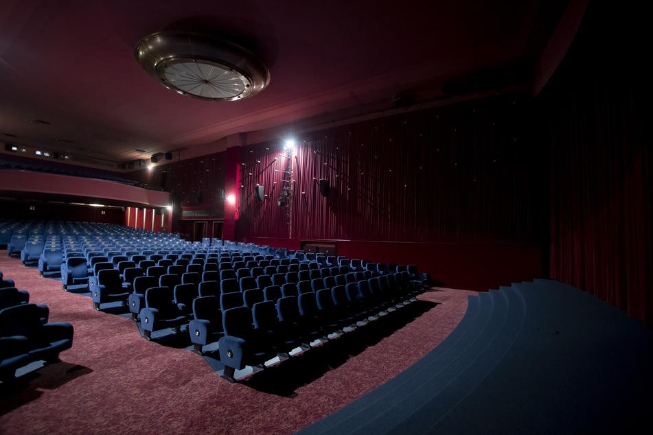 Leere Kinosäle gibt es derzeit vielerorts. In Bayern unterstützt nun das Land die Betreiber.