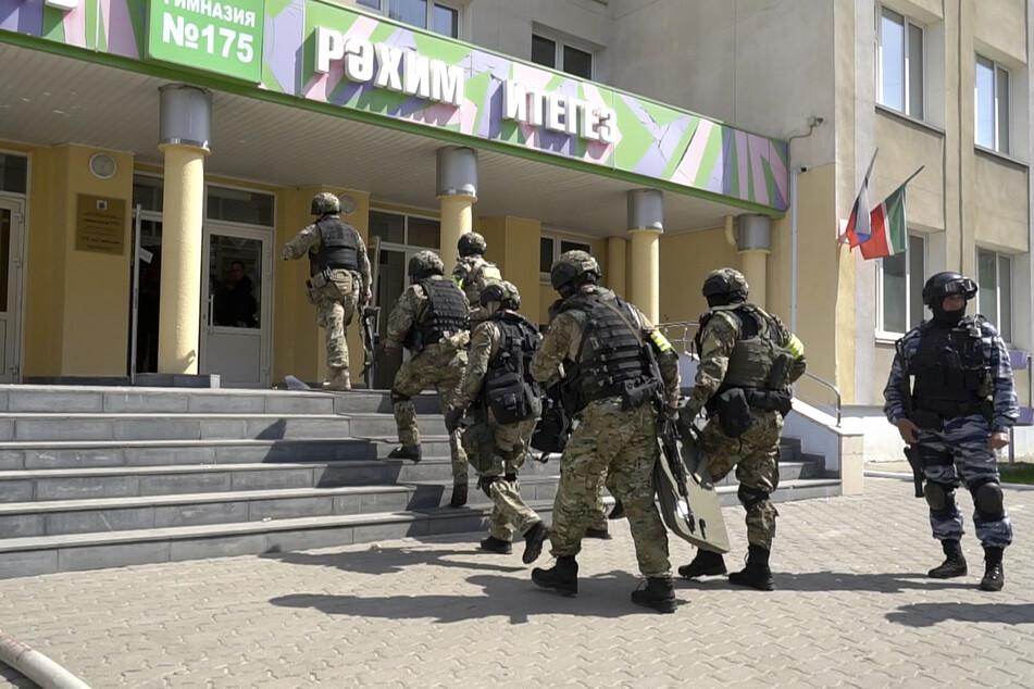 Russische Spezialkräfte vor dem Gymnasium in Kasan.