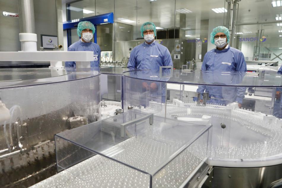 Bundesgesundheitsminister Jens Spahn (M.), der hessische Wirtschaftsminister Tarek Al-Wazir (r.) und Thomas Triomphe (l.), Executive Vice President und Global Head von Sanofi Pasteur, starteten im September in Frankfurt eine Anlage zur sterilen Abfüllung des potenziellen Impfstoffs.