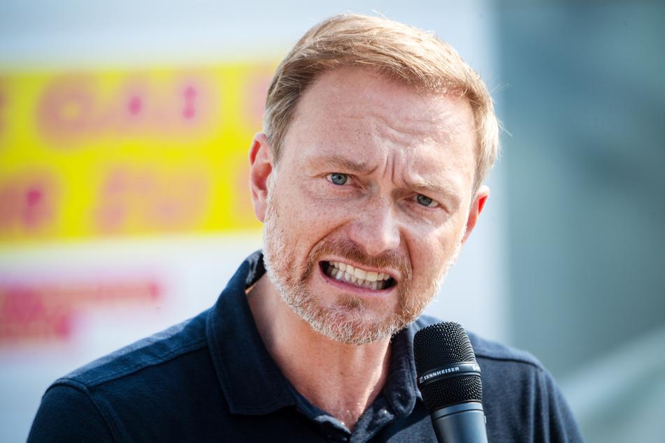 FDP-Chef Christian Lindner (42) fordert, Geimpfte und Genesene von der Pflicht zu befreien, in Geschäften eine Corona-Schutzmaske zu tragen.