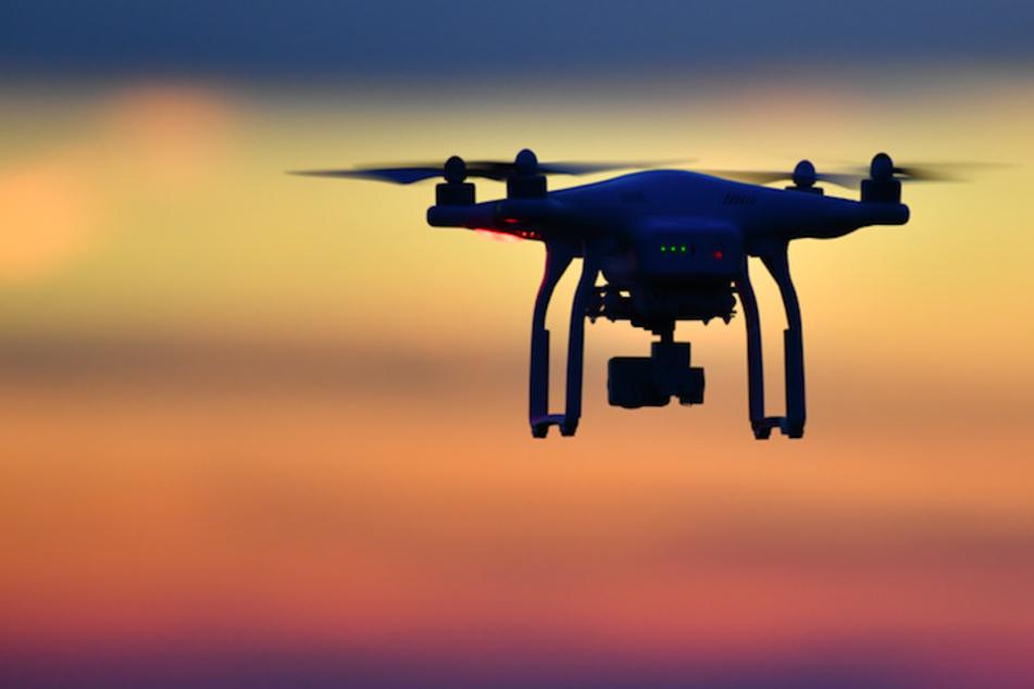 Drohne hängt in Hochspannungsleitung: Jäger kommt auf dumme Idee