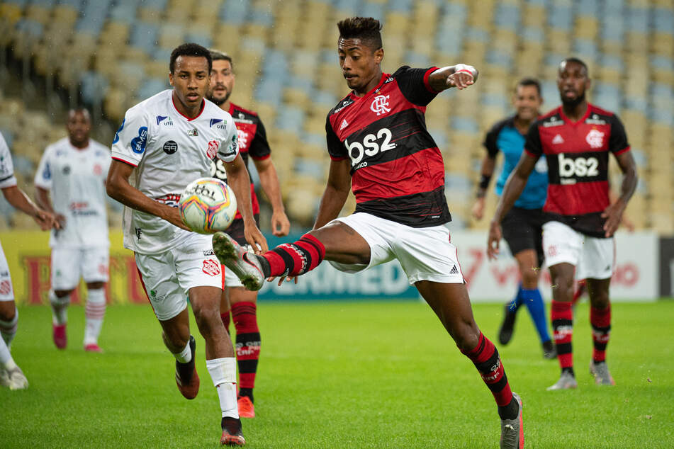 Flamengo (red and black jerseys) will play against Athletico Paranaense in front of fans for the first time since the pandemic began.