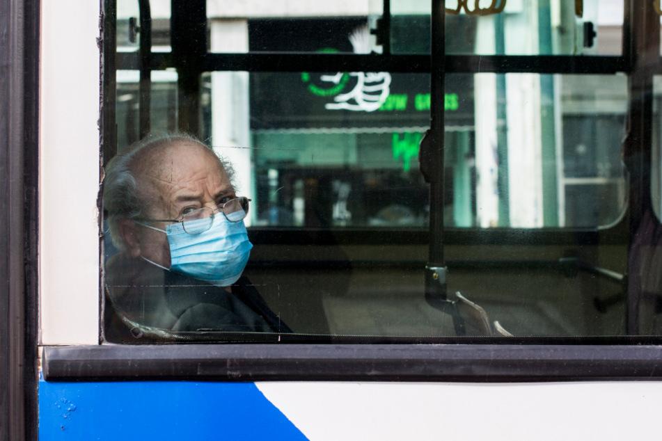 Vorbildlich: Dieser Mann trägt die Maske korrekt.