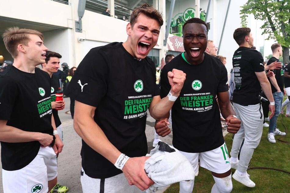 Riesenfreude bei Siegtorschütze Dickson Abiama (22, v.-r.) und seinen Teamkollegen: Das Kleeblatt spielt nächste Saison erstklassig!