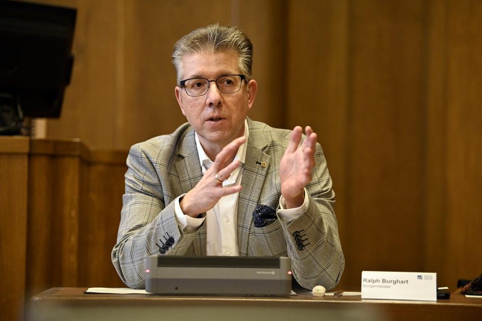 "Bürgermeister Ralph Burghart (50) lud am Donnerstag kurzfristig ins Rathaus. Dort gab er die ""neuen"" Todeszahlen bekannt."