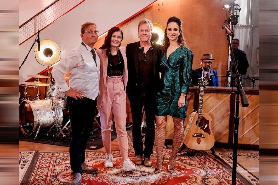 Die Moderatoren Stephanie Stumph (36, r.) und Wigald Boning (53,l.) mit Hollywoodstar Kiefer Sutherland (53) und Sängerin Madeline Juno (25).