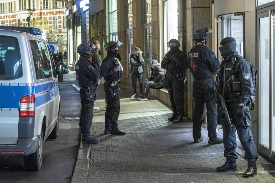 Ein Großaufgebot der Polizei eilte nach mehreren Notrufen an den Anger in Erfurt.