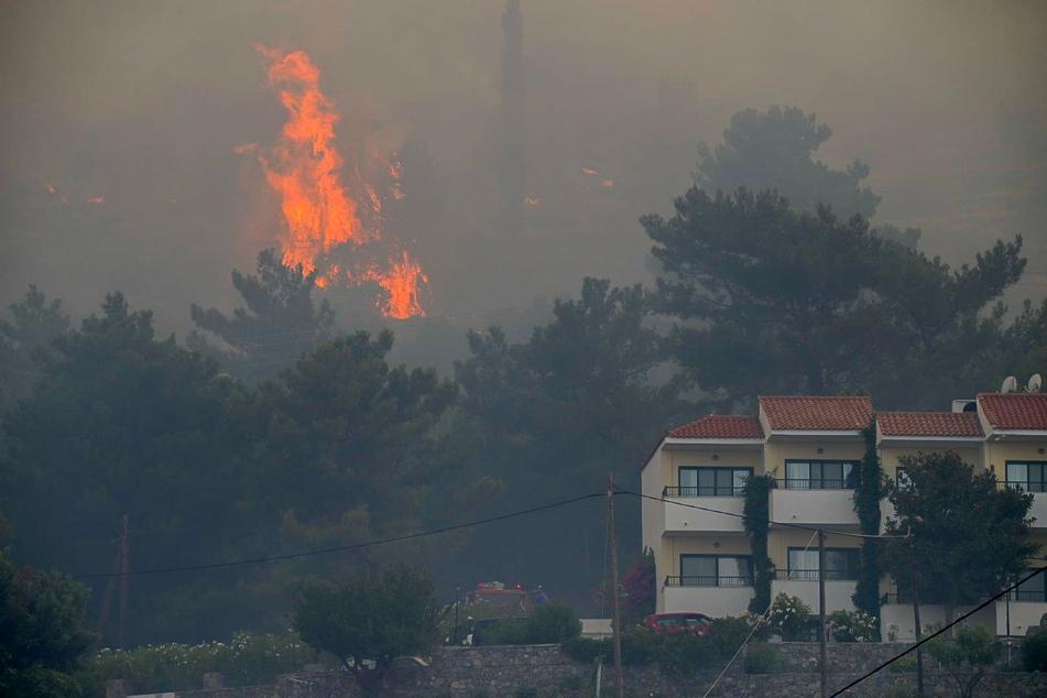 Kokkari, ein bei Touristen beliebtes Dorf an der Nordküste der Insel, wurde vorsorglich evakuiert, da sich das Feuer von einem bewaldeten Gebiet in der Nähe des Dorfes Vourliotes auf dem Berg Ambelos ausbreitete.