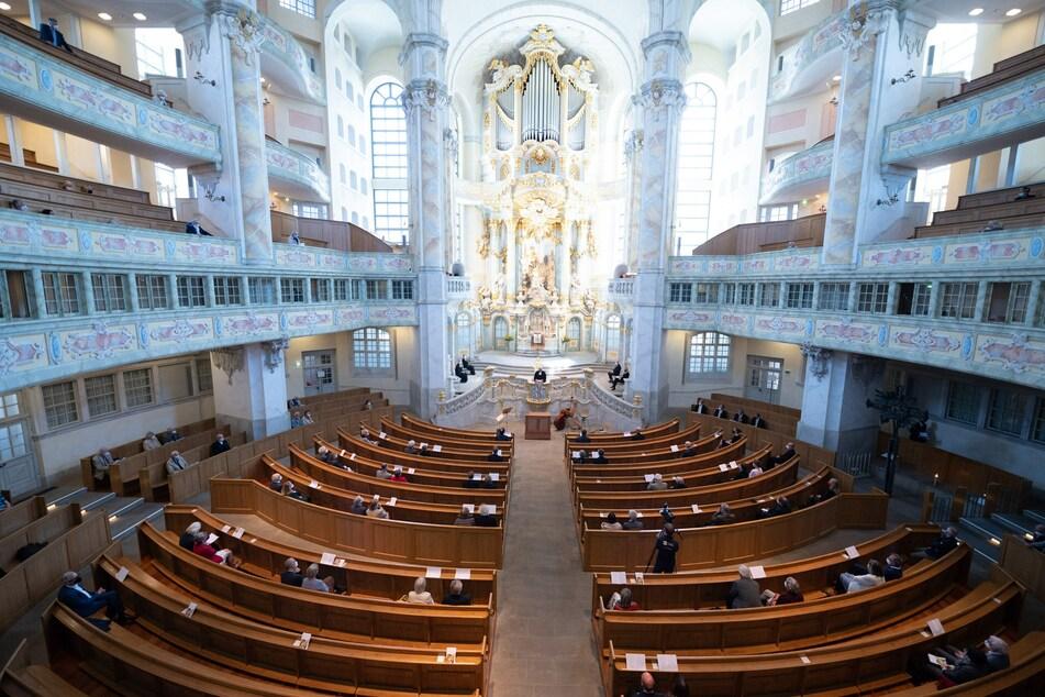 Nach sieben Monaten Zwangspause wegen der Corona-Pandemie durften am Sonntag wieder Besucher zu einem Konzert in die Dresdner Frauenkirche. (Archivbild)