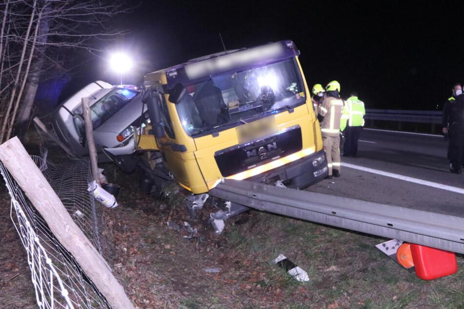 Ein Auto ist am Montagabend auf der A115 in ein Abschleppfahrzeug gekracht.