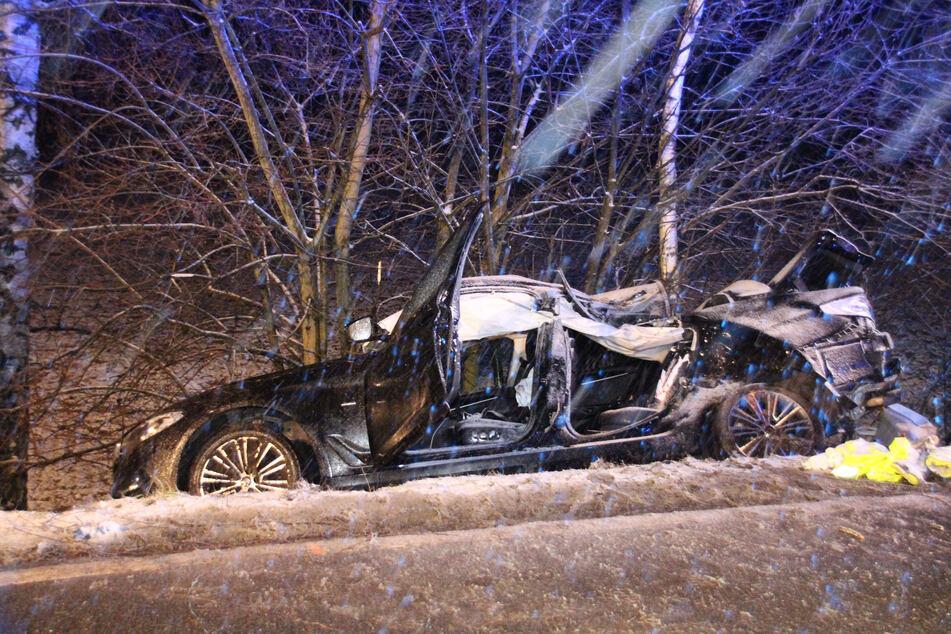 BMW schleudert bei Schneefall gegen Baum: Mitfahrer (†20) stirbt