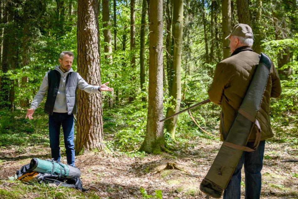 Werner (Dirk Galuba, 80, r.) trifft im Wald auf Erik (Sven Waasner, 41).