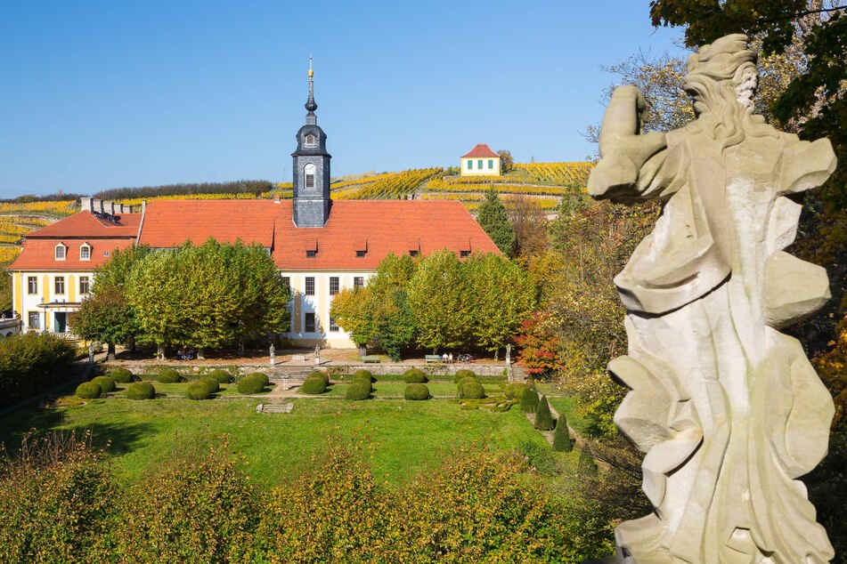 Die Wanderung führt am Schloss Seußlitz vorbei.