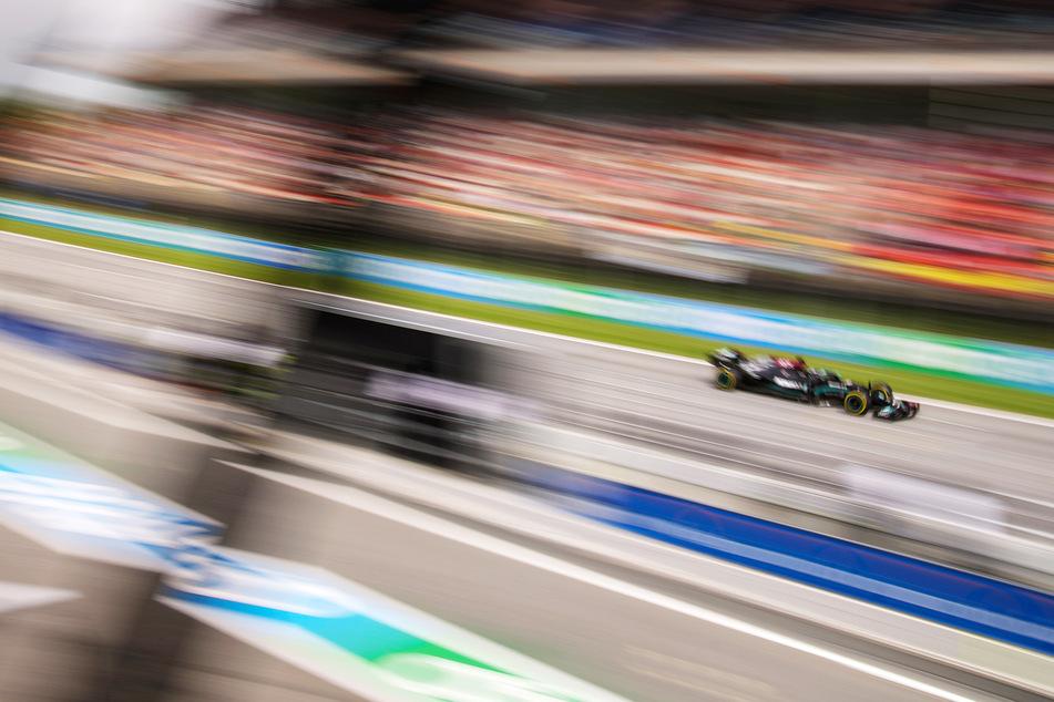 Lewis Hamilton (36) vom Team Mercedes steuert sein Auto als Erster über die Ziellinie.
