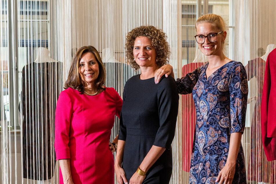 """Die Models Stephanie Siegl (57,l.) und Tina Winkler (37, r.) tragen die neue Kollektion """"kolina"""" von Dorothea Michalk (40)."""