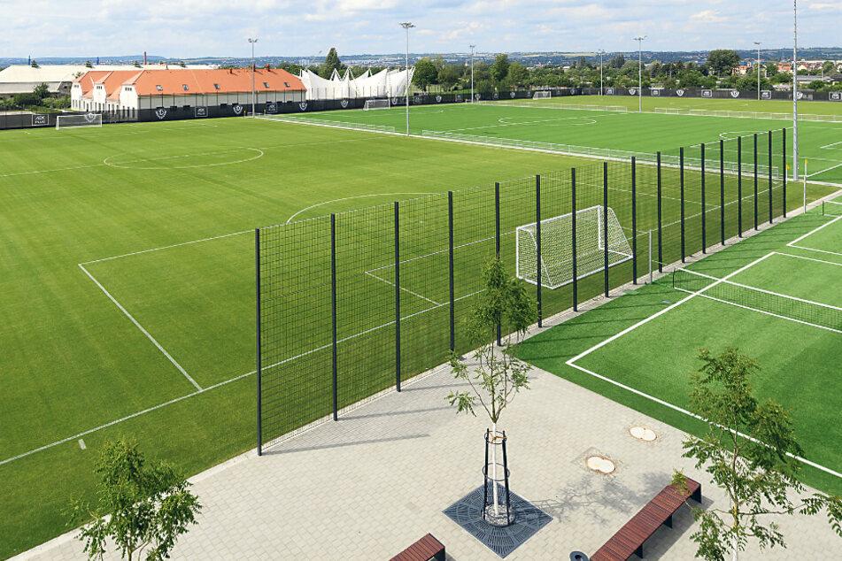 Im neuen Trainingsgelände gibt es für Zuschauer extra Traversen, die bei öffentlichen Einheiten genutzt werden können.