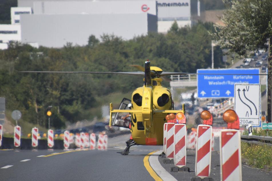 Ein Rettungshubschrauber landete auf der Autobahn.