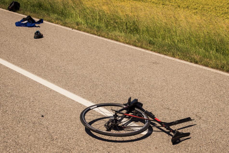 Das Rennrad wurde durch die Kollision zweigeteilt.