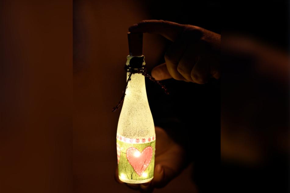 Eine Lichterflasche voller Hoffnung. Die Demonstranten ließen sich für die Beleuchtung vieles einfallen.